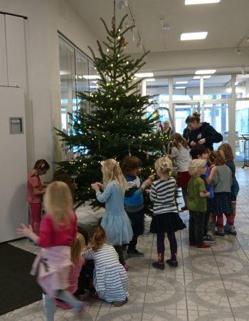 Pünktlich zum ersten Advent schmückt die Füchse Gruppe den große Weihnachtsbaum im TSG-Sportforum, mit selbst gebasteltem Weihnachtsschmuck.